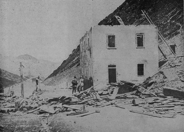 Profughi di Caporetto. Casa distrutta sul fronte del Trentino.