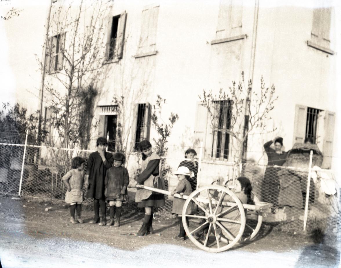 Storie della Grande Guerra. 1918. Civili nelle immediate retrovie del fronte italo-austriaco. Foto collezione Fausto Corsini