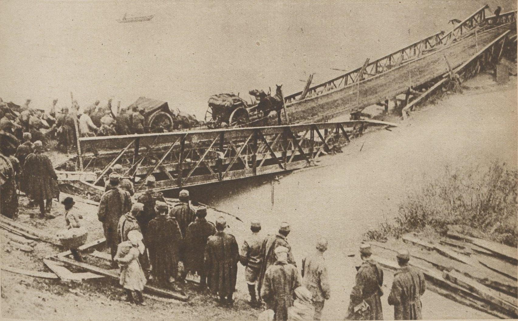 Profughi di Caporetto. Truppe austriache mentre tentano di attraversare il Tagliamento. Decine di migliaia di civili sono da poco fuggiti dal nord-est