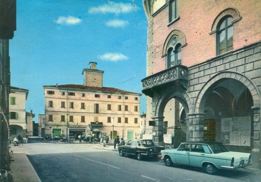Tra le fabbriche e i parchi. Oggi via Roma, la principale del centro storico, è pedonale. Non era così, però, negli anni del nostro racconto... Foto tratta dall'archivio del Gruppo Mezaluna-Mario Menabue