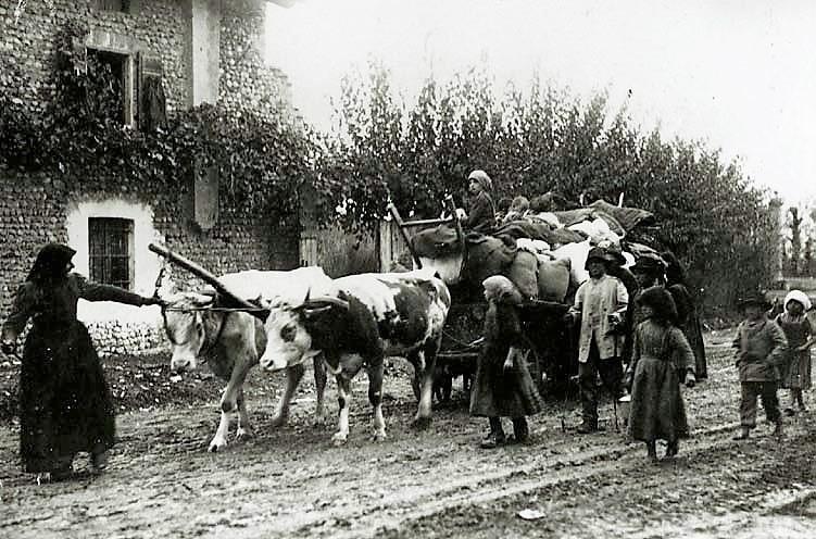 Fine della Prima guerra mondiale. Profughi friulani in fuga dalla zona delle operazioni militari nel 1917. Foto via Wikimedia Commons