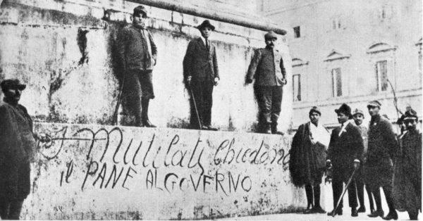 Fine della Prima guerra mondiale. Manifestazione di protesta dei mutilati per il pane. Foto via Wikimedia Commons
