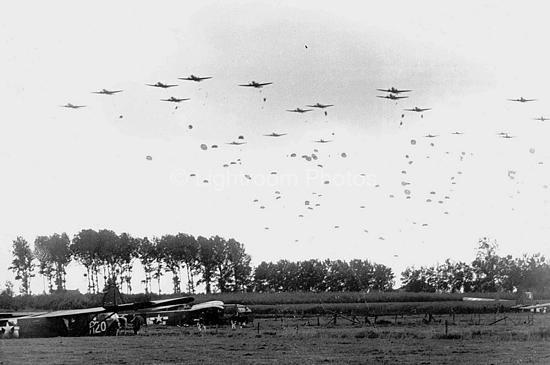 Storia del basket in Italia. Truppe dell'82^ Divisione vengono paracadutate nell'Europa settentrionale durante l'estate del 1944. Foto via Wikimedia Commons