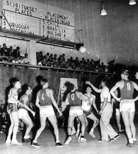 Storia del basket in Italia. Ai Giochi Olimpici del 1952 la finale per l'oro vide di fronte gli Stati Uniti e l'URSS: la nazionale a stelle e strisce vinse con il punteggio di 36-25. Foto via Wikimedia Commons