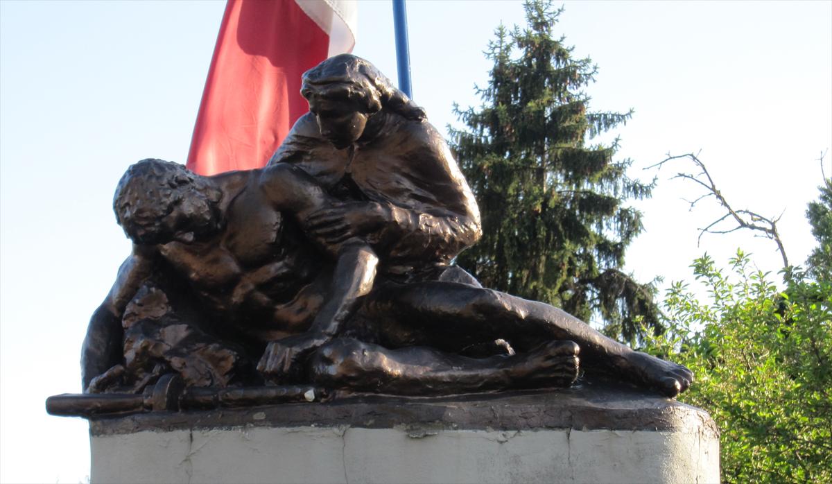 """Gabriella Degli Esposti. Questa scultura sormonta il monumento ai """"martiri del Panaro"""", realizzato nel luogo dove sorgeva l'ammasso canapa di Castelfranco Emilia"""