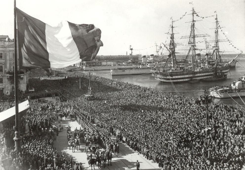 Il 26 ottobre 1954 a Trieste si tengono le celebrazioni per il passaggio della città alla Repubblica italiana. Foto via Wikimedia Commons. Giorno del Ricordo confine orientale