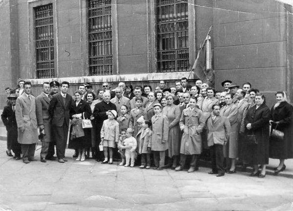 Foto scattata a Trieste nel 1959, che ritrae un gruppo di persone provenienti da Piemonte d'Istria. Immagine via Wikimedia Commons. Giorno del Ricordo a Sassuolo