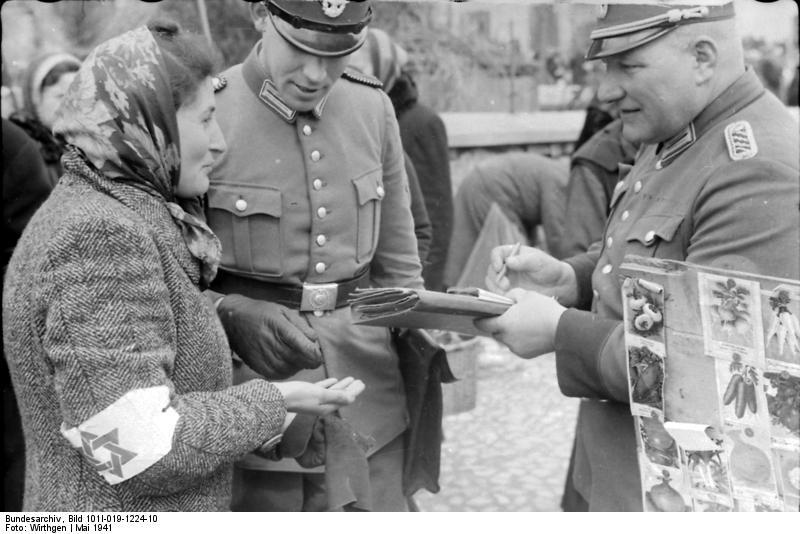 I nazisti controllano i documenti in un ghetto polacco. Giorno della Memoria a Sassuolo