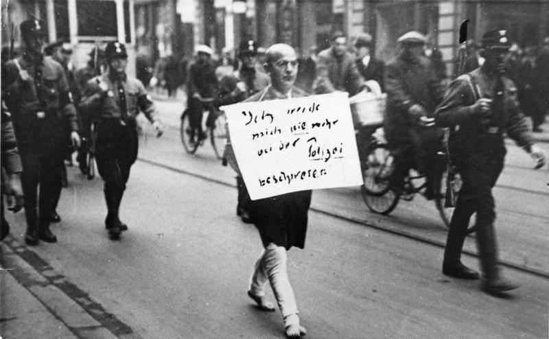 Questa fotografia del marzo del 1933 ritrae l'avvocato ebreo Michael Siegel, catturato a Monaco di Baviera dalle truppe d'assalto naziste (SA). L'uomo mostrato nella foto fu una delle prime vittime del terrore nazista, ma sopravvisse anche alla Seconda guerra mondiale. Morì il 15 marzo 1983 all'età di 97 anni a Lima (Perù). Dalle leggi razziali alla Shoah