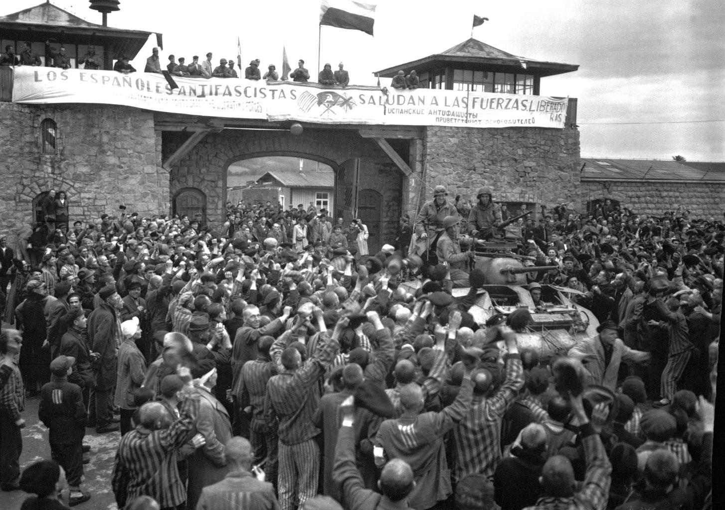 Ebrei nella seconda guerra mondiale - Nel corso della Seconda guerra mondiale vengono uccisi circa 6 milioni di ebrei. Questa foto mostra invece la liberazione del campo di Mauthausen