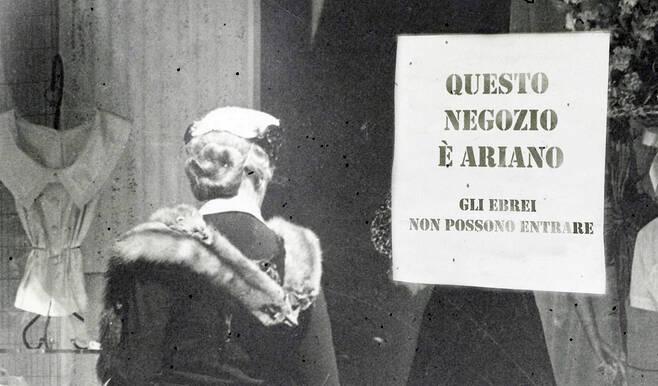 Le razze non esistono. Vetrina di un negozio nell'Italia del 1944. Immagine via Wikimedia Commons