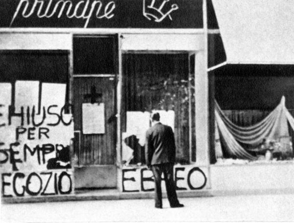 Leggi razziali in Italia. 1942. Un negozio appartenente a esercenti ebrei è stato chiuso per gli effetti dei provvedimenti antisemiti. Dalle leggi razziali alla Shoah - Dall'antisemitismo alla Shoah
