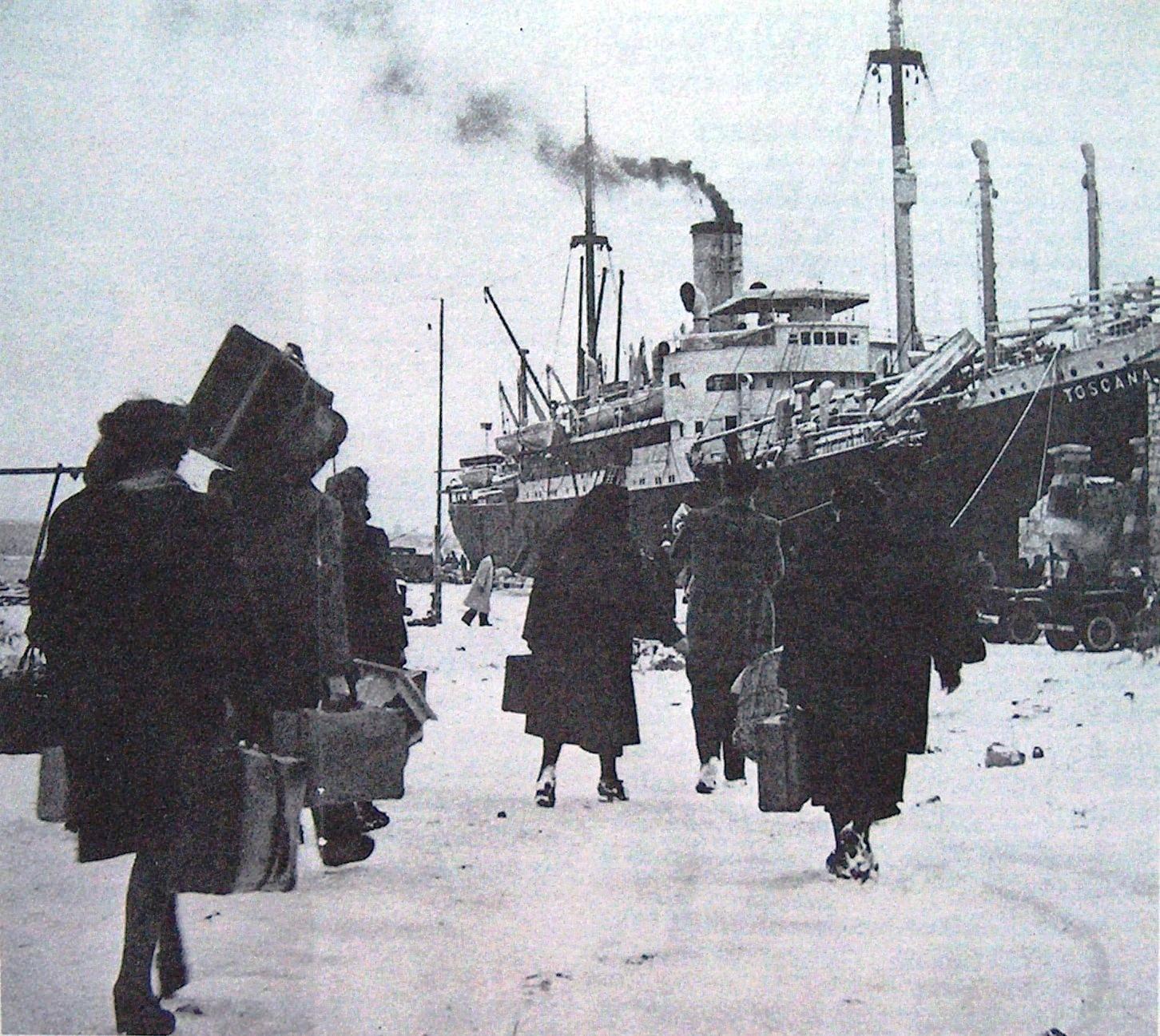 Febbraio 1947. Profughi in partenza da Pola. Foto via Wikimedia Commons. Giorno del Ricordo a Sassuolo