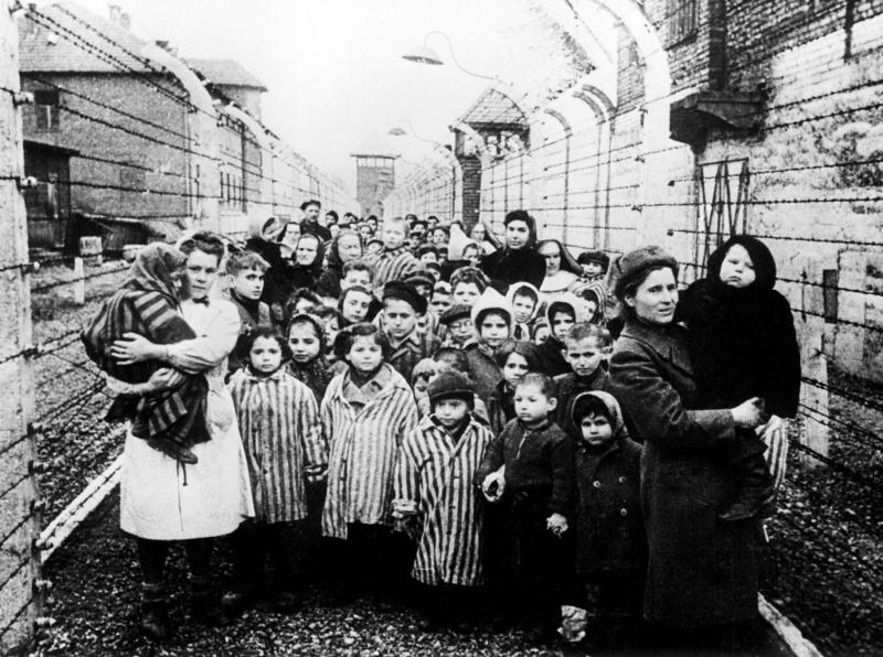 Giorno della Memoria Sassuolo. Un'immagine della liberazione del campo di Auschwitz