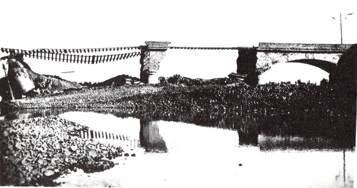 Il ponte sul Secchia tra Sassuolo e la Veggia dopo il bombardamento che lo centrò nel 1944.