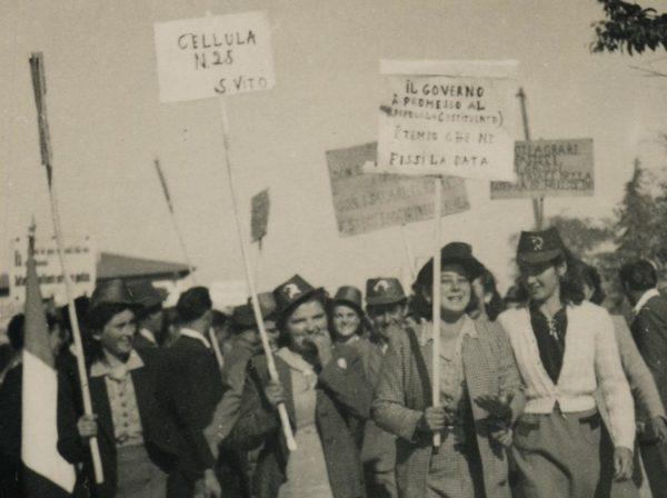 Storie di donne in lotta. Manifestazione di partigiane e militanti delle organizzazioni femminili modenesi nel secondo dopoguerra. Foto tratta dal fondo di Fausto Simonini - Archivio del Gruppo di documentazione vignolese Mezaluna - Mario Menabue