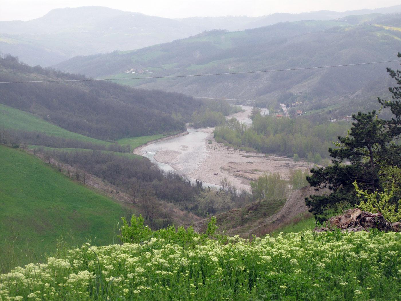 Il fiume Panaro, visto dalle colline sopra la riva destra, quella investita dalla battaglia di Pieve di Trebbio