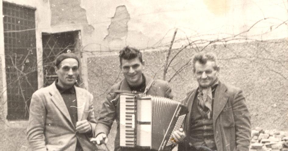 Momento di festa nel cortile delle carceri sassolesi (Natale 1956).