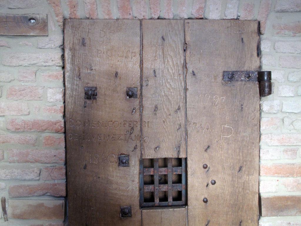 La porta di una delle celle del carcere di Sassuolo.