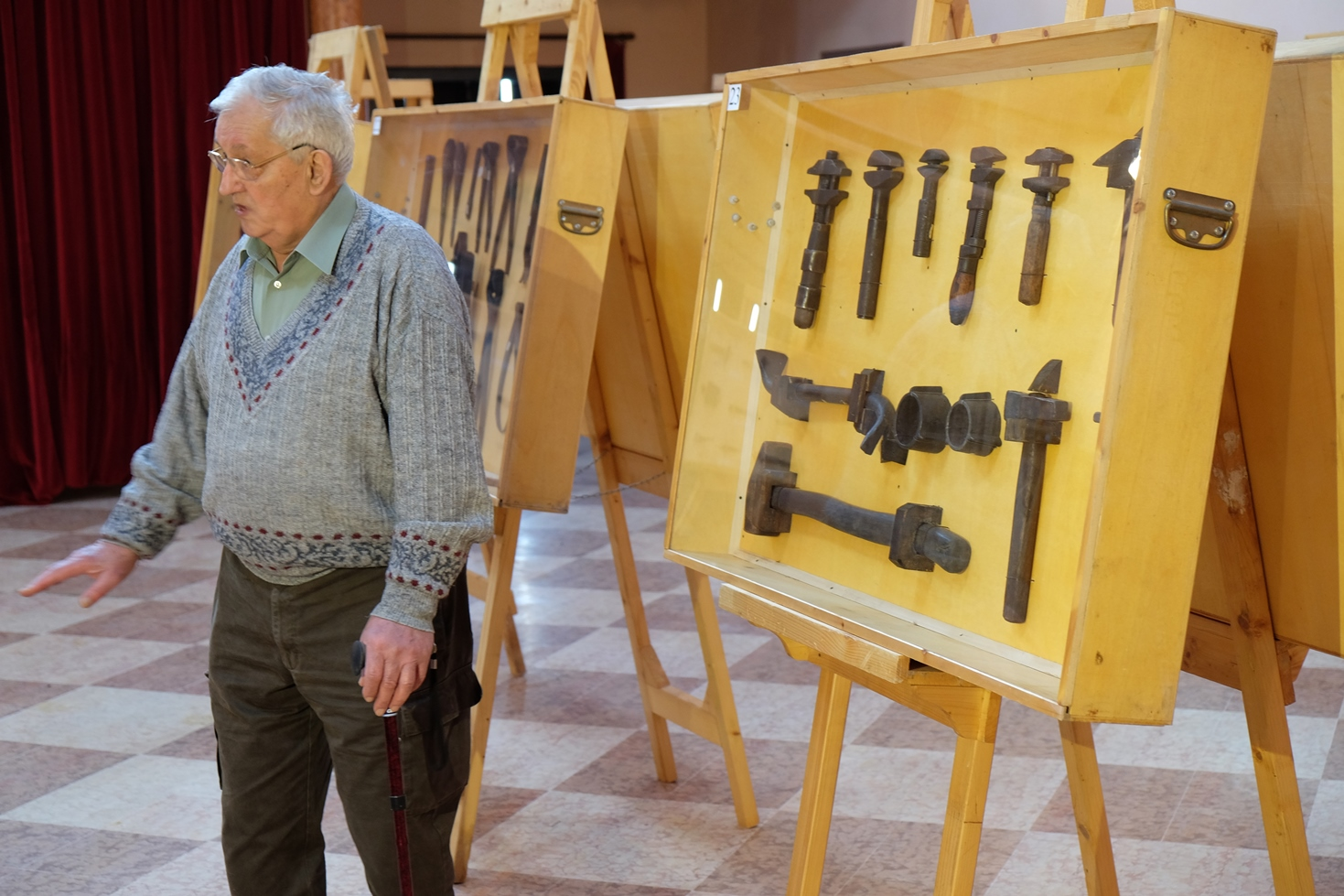 Ernesto Stanzani (Comitato arte contadina di Castelvetro) durante l'intervista sulla collezione degli strumenti per la lavorazione del legno. Foto di Fausto Corsini. Rosso Graspa. Museo del vino e della società rurale di Castelvetro