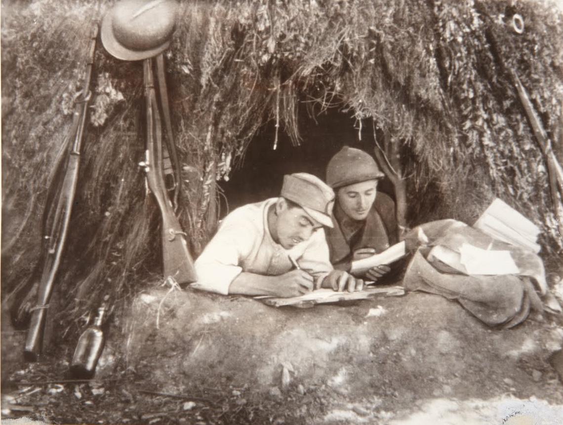 Soldati dell'esercito repubblicano intenti a scrivere lettere in un momento di pausa dei combattimenti. Foto via Wikimedia commons - guerra civile spagnola