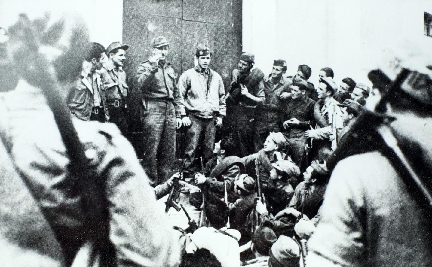 Mario Ricci parla ai partigiani a Querciola di Vidiciatico prima dell'attacco a Monte Belvedere nella primavera del 1945. Foto della famiglia Montecchi - battaglia di Benedello