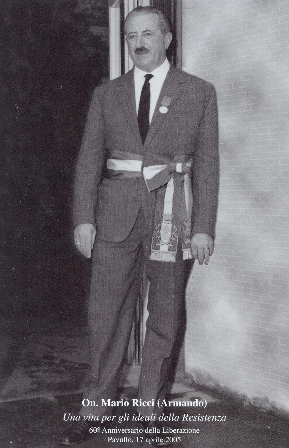 Cartolina del 2005 in memoria di Mario Ricci, qui ritratto mentre indossa la fascia da sindaco e porta sulla giacca la medaglia d'oro al valor militare. Proprietà della sezione ANPI di Pavullo nel Frignano - dalla Resistenza alla Repubblica