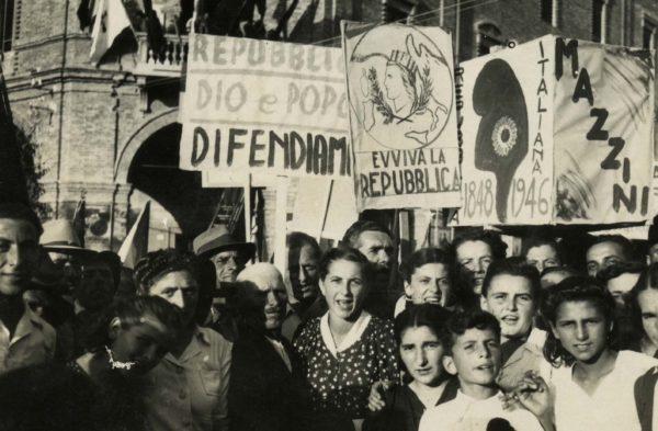 Festa della Repubblica. Manifestazione popolare a favore della Repubblica nel modenese. Foto dal fondo Giuseppe Simonini - Archivio del Gruppo Mezaluna-Mario Menabue