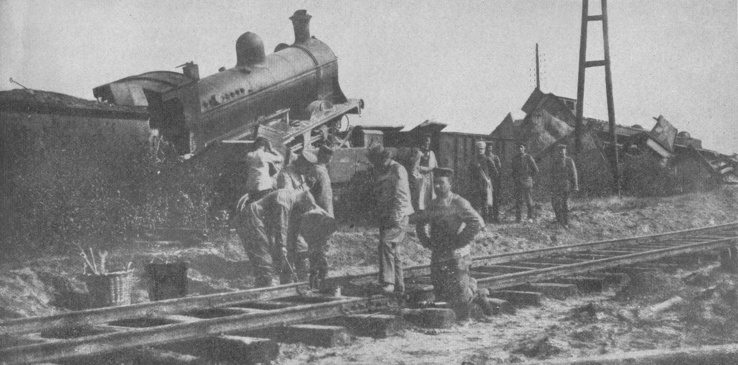 I tedeschi liberano i binari da alcuni treni, distrutti dai belgi e lasciati sulle rotaie per impedire l'avanzata delle truppe - viaggio in Belgio Prima guerra mondiale