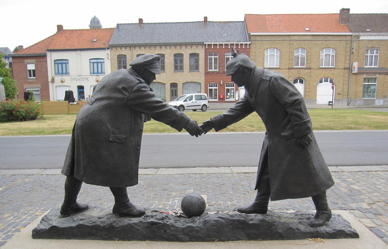 """Monumento alla """"partita di Natale"""" in un piccolo paese vicino a Passchendaele - viaggio in Belgio Prima guerra mondiale"""