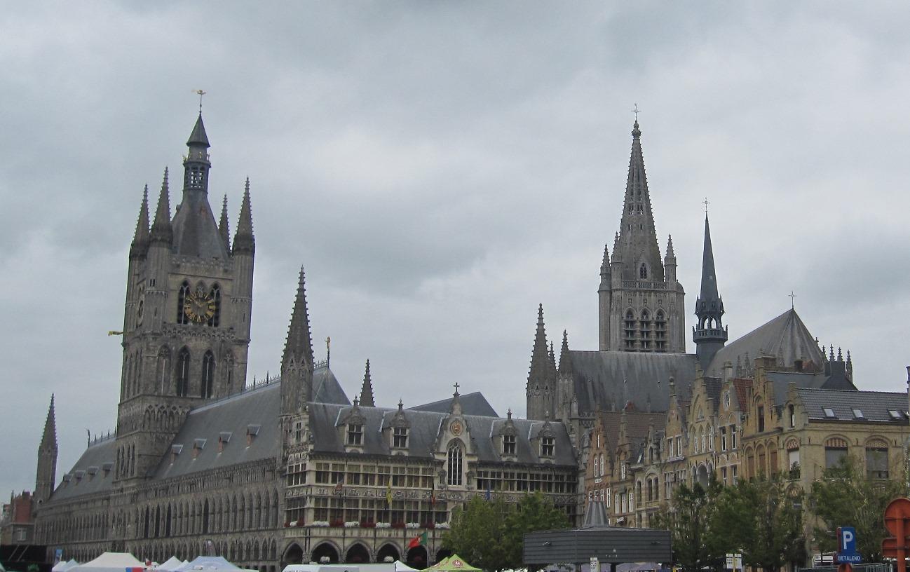 Ypres, Grote Markt. A sinistra la Cloth Hall e il Belfort (torre civica) - viaggio in Belgio Prima guerra mondiale