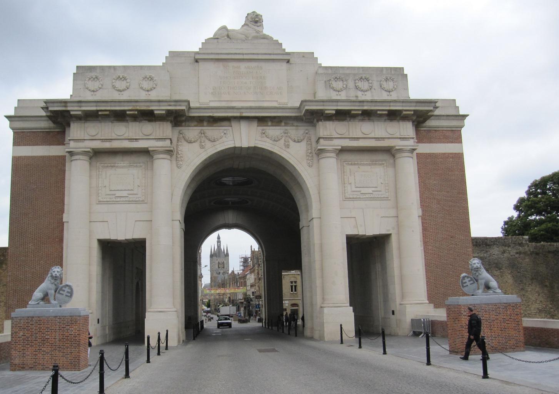 Il Menin Gate, una delle porte di accesso a Ypres, è stato ricostruito nel 1928 come monumento ai soldati britannici caduti fino al 1917. Sotto il grande arco, ogni sera alle 20, si ripete la cerimonia The last post, che tiene viva la memoria di chi ha perso la vita nella tragedia della Grande Guerra