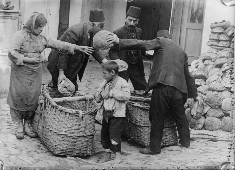 Rifugiati armeni ricevono aiuti alimentari durante la Prima guerra mondiale. Foto via Wikimedia Commons