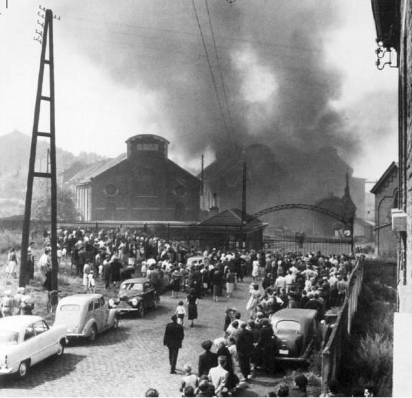 La miniera del Bois du Cazier in occasione del disastro di Marcinelle. Foto tratta da Camille Detraux - http://dormirajamais.org/cincali2/ [CC-BY-SA 4.0] via Wikimedia Commons