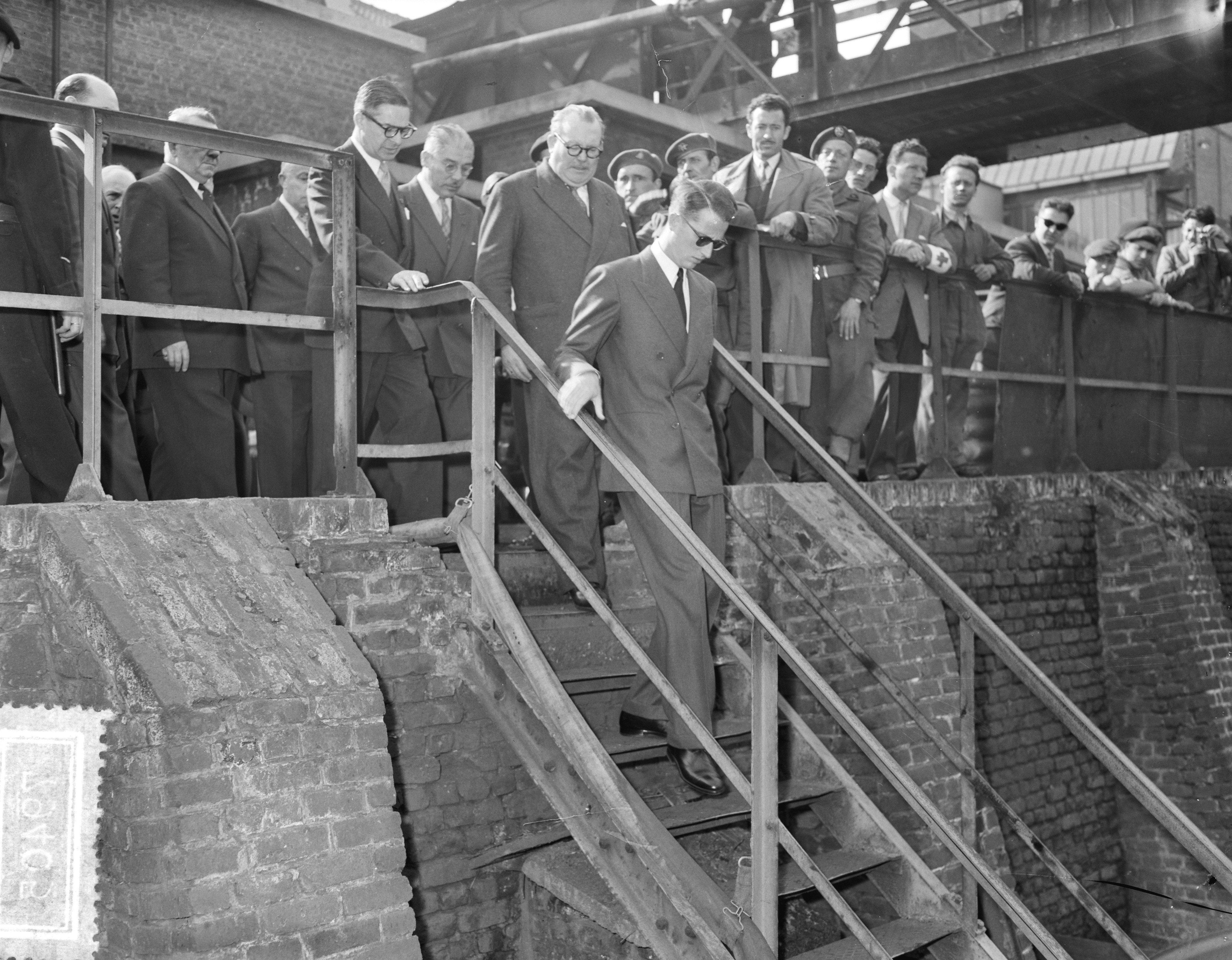 Re Baldovino e il primo ministro belga visitano il Bois du Cazier dopo il disastro di Marcinelle. Foto di Wim van Rossem, Nationaal Archief, via Wikimedia commons