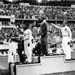 Jesse Owens sul gradino più alto del podio dopo la gara di salto in lungo alle Olimpiadi di Berlino 1936 - Bundesarchiv, Bild 183-G00630 / Unknown / CC-BY-SA 3.0 - sport e storia