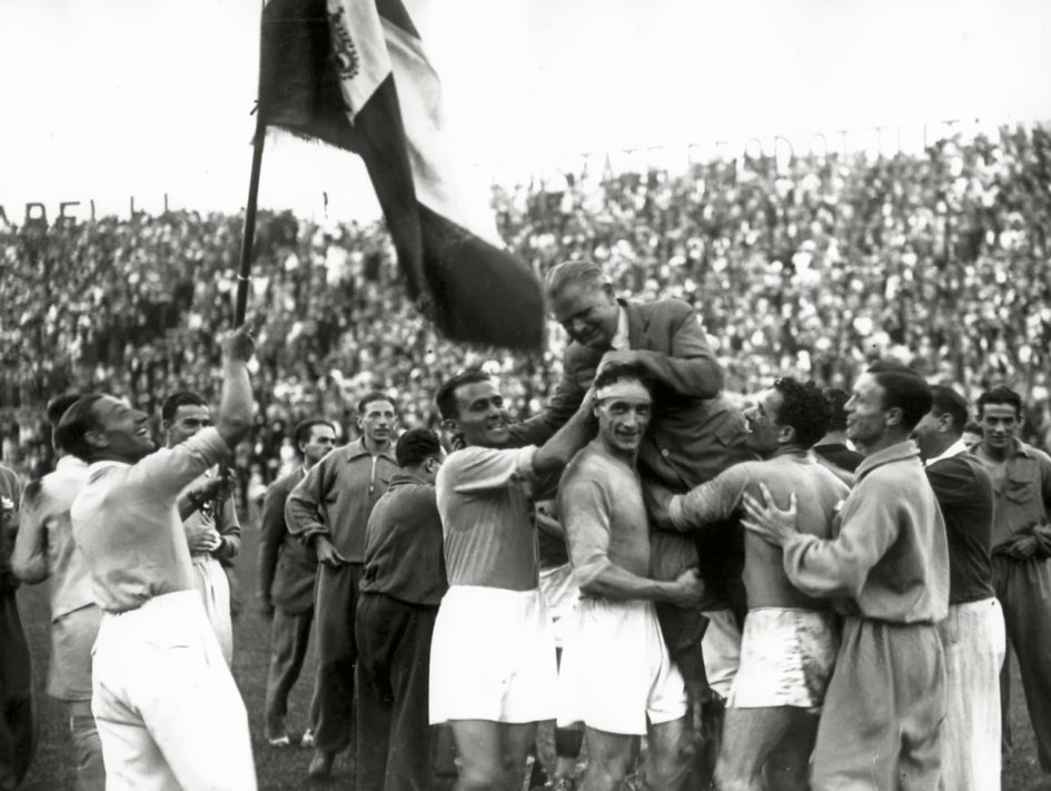 I giocatori della nazionale italiana di calcio portano in trionfo il commissario tecnico Vittorio Pozzo dopo la vittoria nella Coppa del Mondo del 1934 - sport e storia