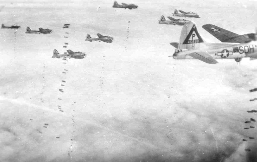 Formazione da bombardamento dell'aviazione alleata. Foto via Wikimedia Commons
