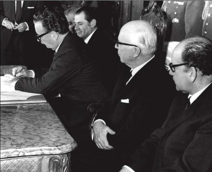 Salvador Allende firma il decreto di nazionalizzazione delle miniere di rame. della Repubblica cilena. Foto via Wikimedia Commons, CC-Historia Política BCN, Cc-by-3.0-cl - 11 settembre 1973 Cile Salvador Allende