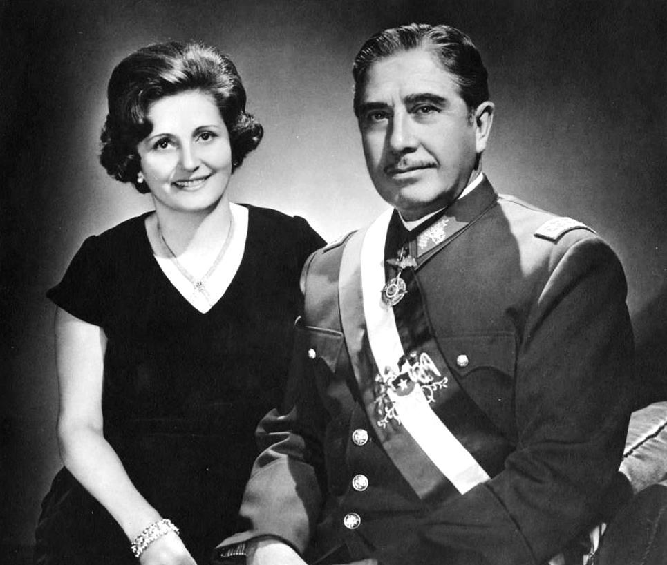 Augusto Pinochet insieme alla moglie Lucia Hiriart Rodriguez. Foto via Wikimedia Commons, CC-Historia Política BCN, Cc-by-3.0-cl - 11 settembre 1973 cile salvador allende