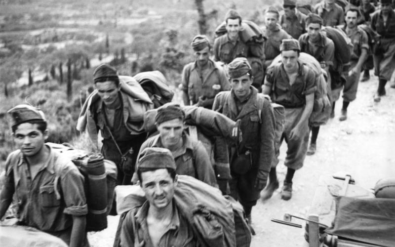Soldati italiani fatti prigionieri dai tedeschi a Corfù dopo l'8 settembre 1943. Foto via Bundesarchiv, Bild 101I-177-1459-32 / Cuno / CC-BY-SA 3.0