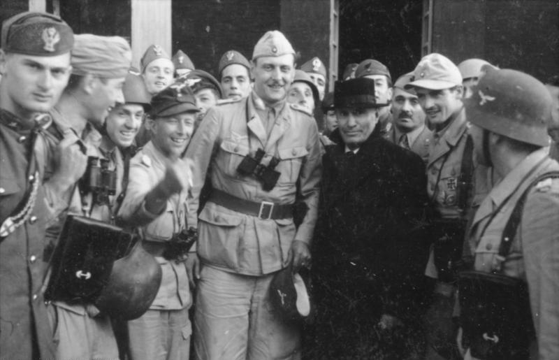 I militari tedeschi e le SS liberano Mussolini sul Gran Sasso. Foto via Bundesarchiv, Bild 101I-567-1503C-15 / Toni Schneiders / CC-BY-SA 3.0