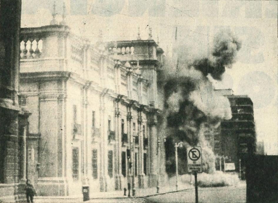 L'attacco dei militari di Augusto Pinochet al palazzo della Moneda, avvenuto l'11 settembre 1973. Foto via Wikimedia Commons, CC-Historia Política BCN, Cc-by-3.0-cl - 11 settembre 1973 Cile Salvador Allende