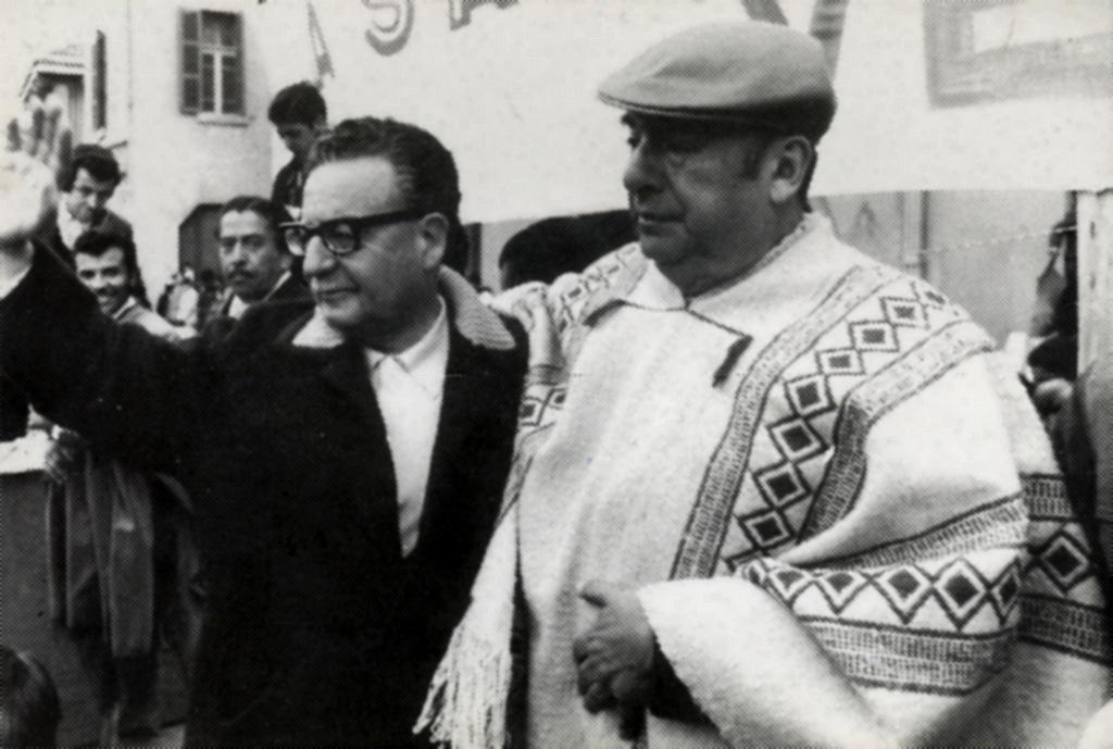 Salvador Allende insieme al grande poeta cileno Pablo Neruda. Foto via Wikimedia Commons, CC-Historia Política BCN, Cc-by-3.0-cl