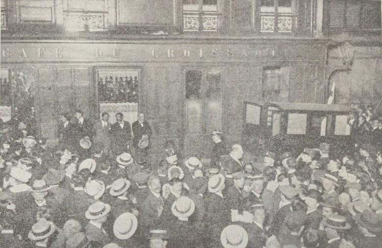 Pacifismo nella Prima guerra mondiale - Folla a Parigi davanti al Café du Croissant subito dopo l'attentato al leader socialista Jean Jaurès, principale esponente del pacifismo francese. Foto via Wikimedia Commons