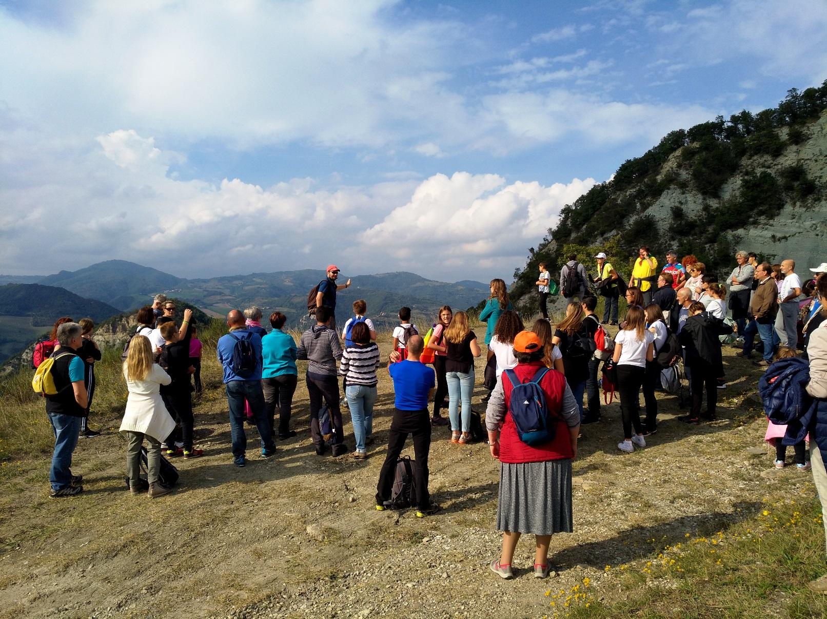 Tappa narrativa sul crinale tra San Martino e Caprara: di fronte al gruppo la valle del Reno - trekking sulla strage di Marzabotto
