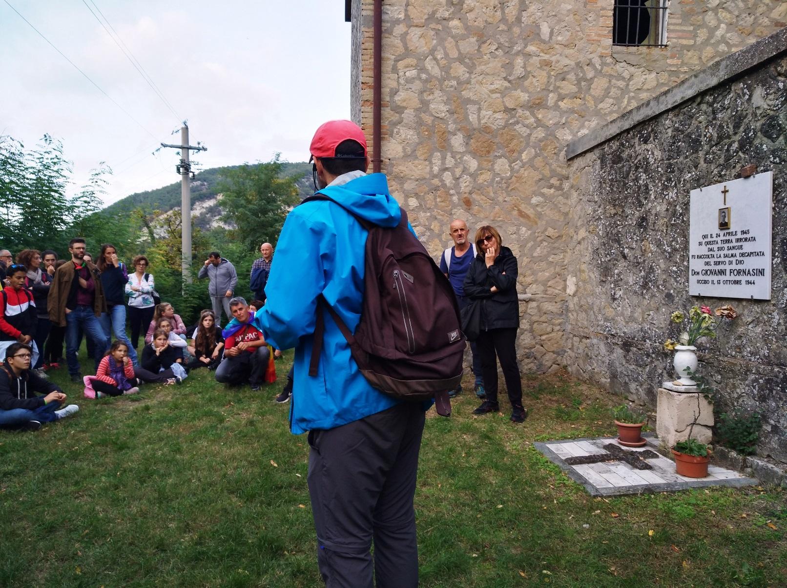 La tappa narrativa sul retro del cimitero di San Martino, nei pressi del monumento a don Giovanni Fornasini - strage di Marzabotto