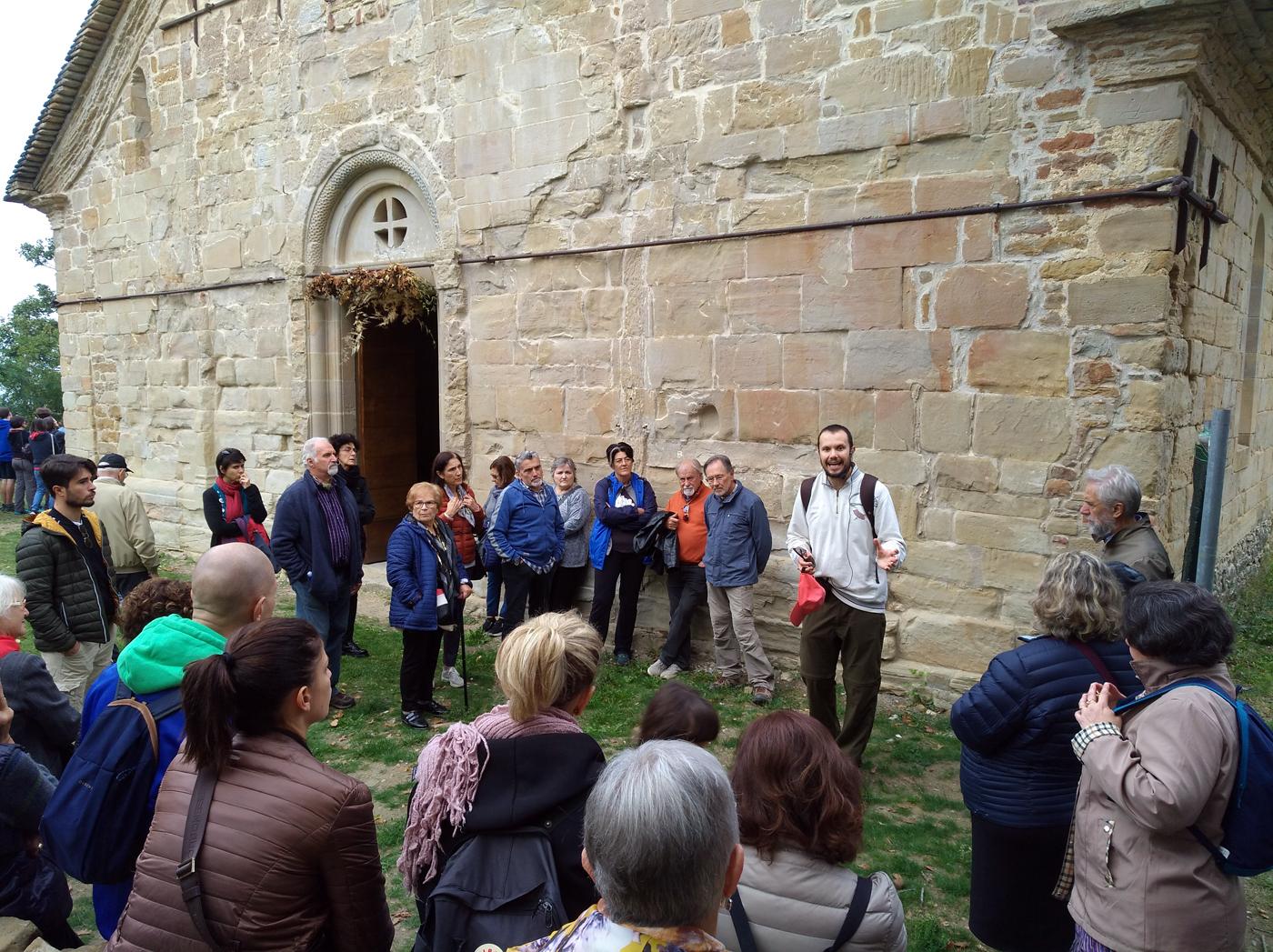 Resistenza Appennino reggiano - La tappa narrativa presso la pieve matildica di Toano. Foto di Paola Gemelli
