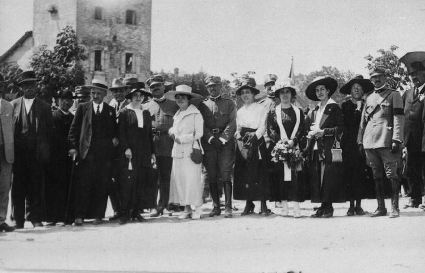 Grande Guerra a Vignola - Borghesi, ufficiali e militari in una manifestazione a Vignola. Foto dall'archivio del Gruppo Mezaluna - Mario Menabue