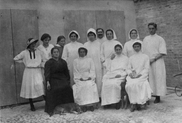 Dame infermiere volontarie dell'ospedale di Vignola in una foto del 1917. Si riconoscono Maria Toschi (col cappellino a sinistra), Nanna Monti (terza da sinistra) e Peppina Monti (seduta in abito nero) - Grande Guerra a Vignola
